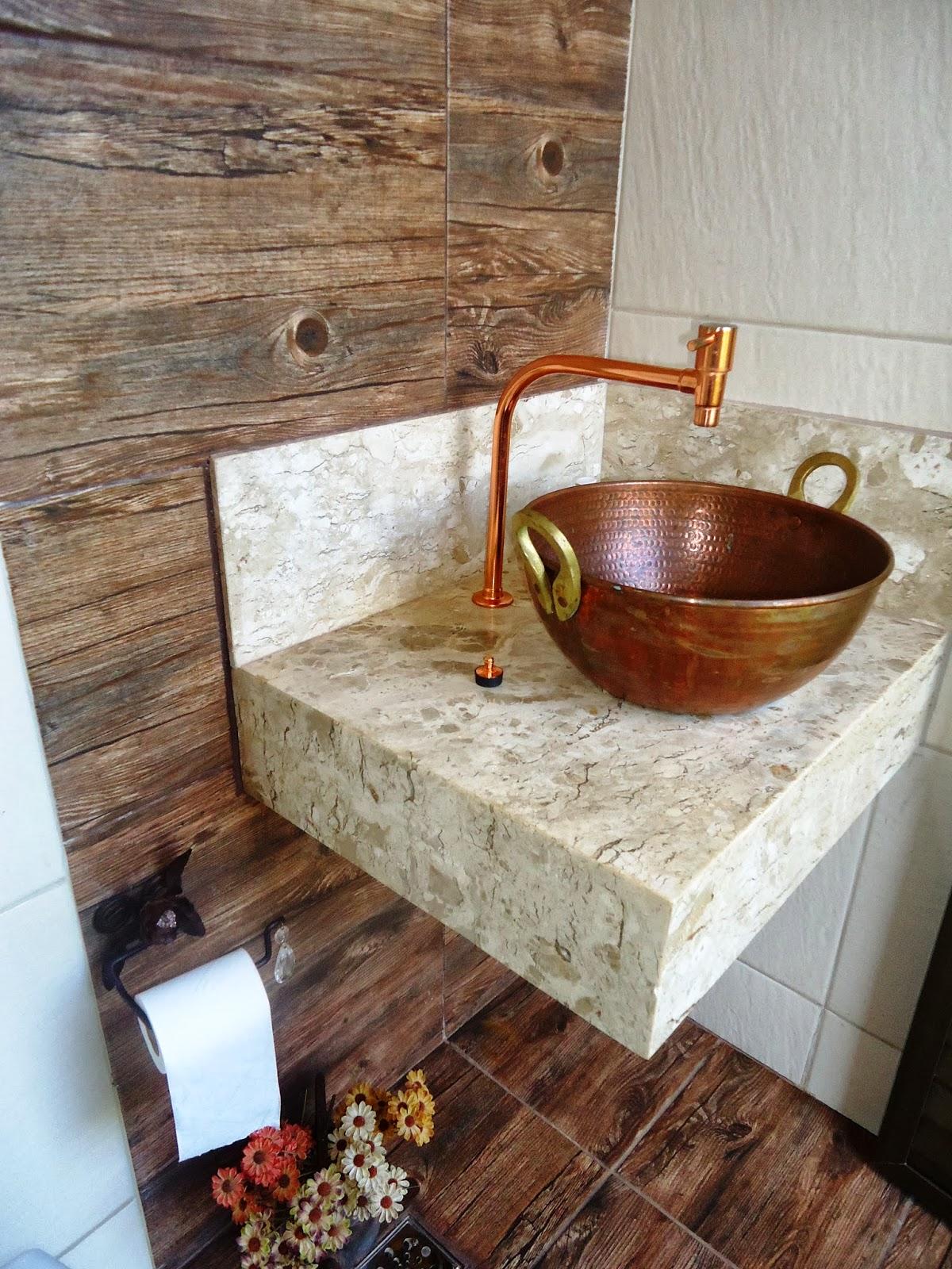 Novamente o porcelanato que imita a madeira e o conjunto de cobre  #9C5F2F 1200x1600 Banheiro Com Porcelanato Rustico