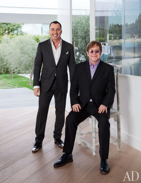 Sir Elton John e David Furnish em sua casa em Beverly Hills