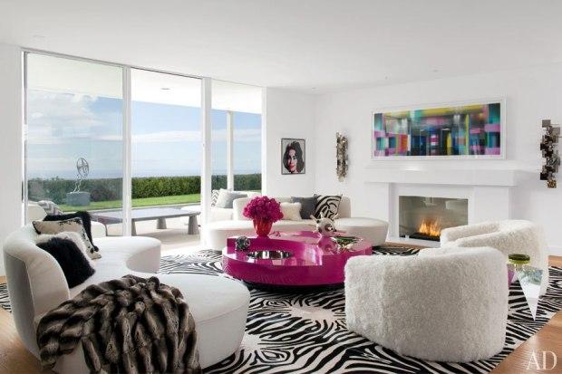 As cadeiras texturizadas e a mesa de centro colorida tão o tom na sala de estar preto&branco