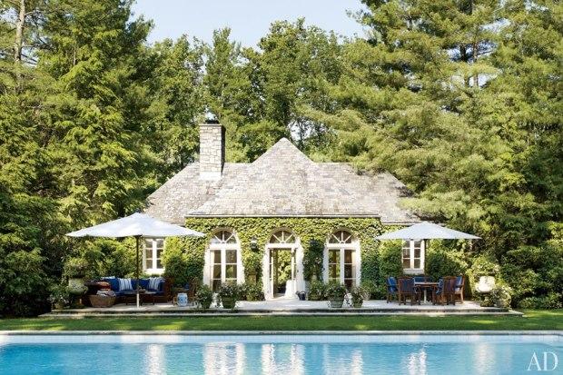 Na área externa a piscina é rodeada por majestosos pinheiros