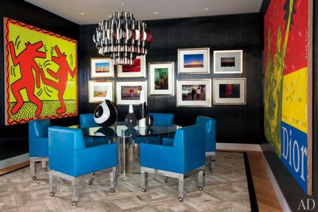 Na sala de jantar muitas obras de arte e peças vintage
