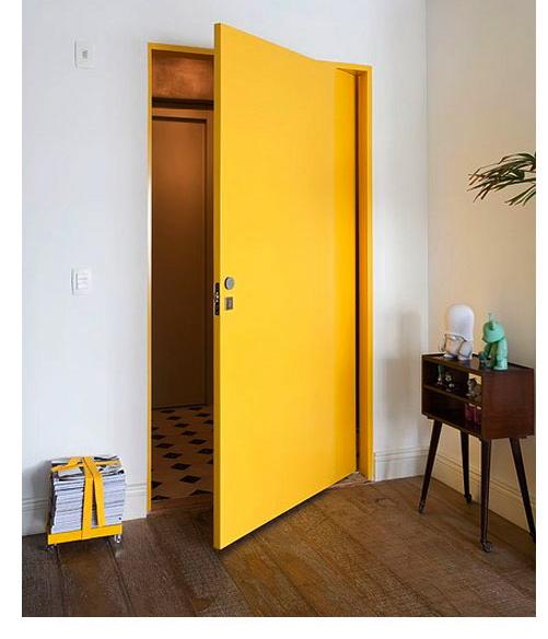 Renove a sua porta utilizando apenas tinta e mude seu ambiente