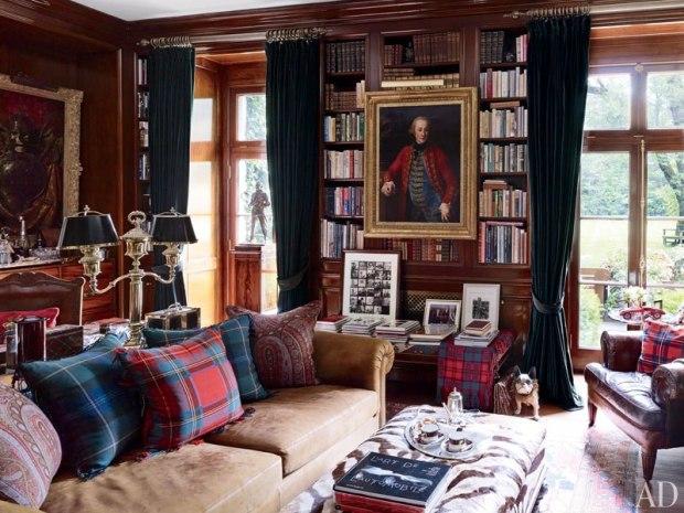 Na biblioteca portas francesas, cortinas de veludo verde e obras de arte