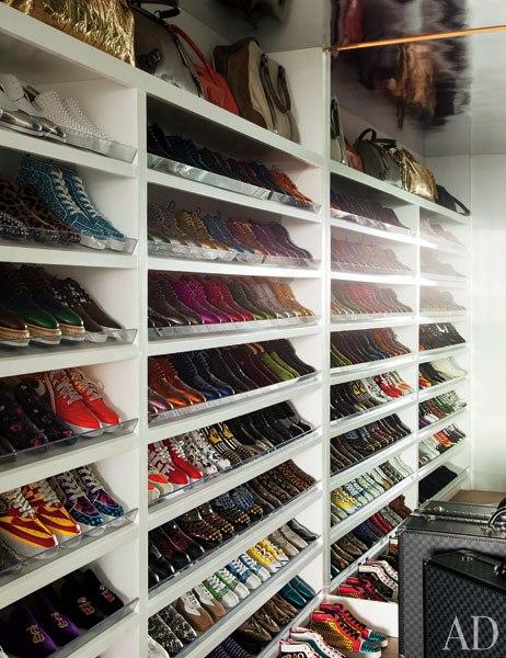 Para que a coleção de sapatos brilhe o closet é branco em linhas simples