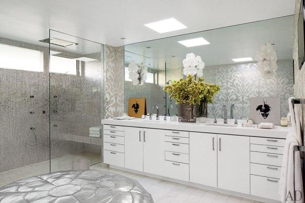 O banheiro é luxuoso e também recebe obras de arte