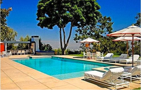 Jennifer-Anistons-new-pool-in-Bel-Air