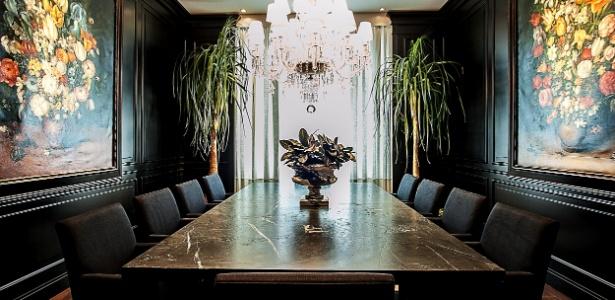 ivan-wodzinsky-projetou-o-salao-de-jantar-para-a-19-edicao-da-casa-cor-parana-no-espaco-as-boiseries---em-alto-e-baixo-relevo-e-laqueadas-em-preto-fosco---foram-aplicada-as-paredes-1338587009356_615x300