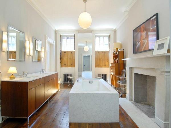 Julianne-Moores-West-Village-Townhouse-bathroom