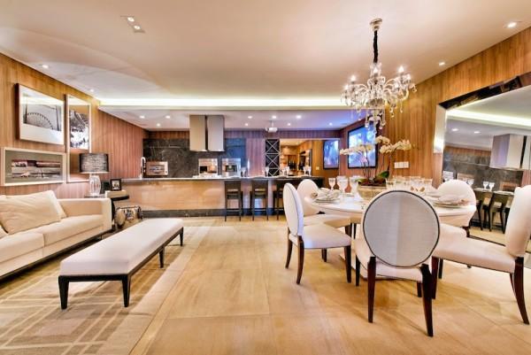 sala-jantar-classica-cadeiras-estofadas-lustre-cristal-600x401